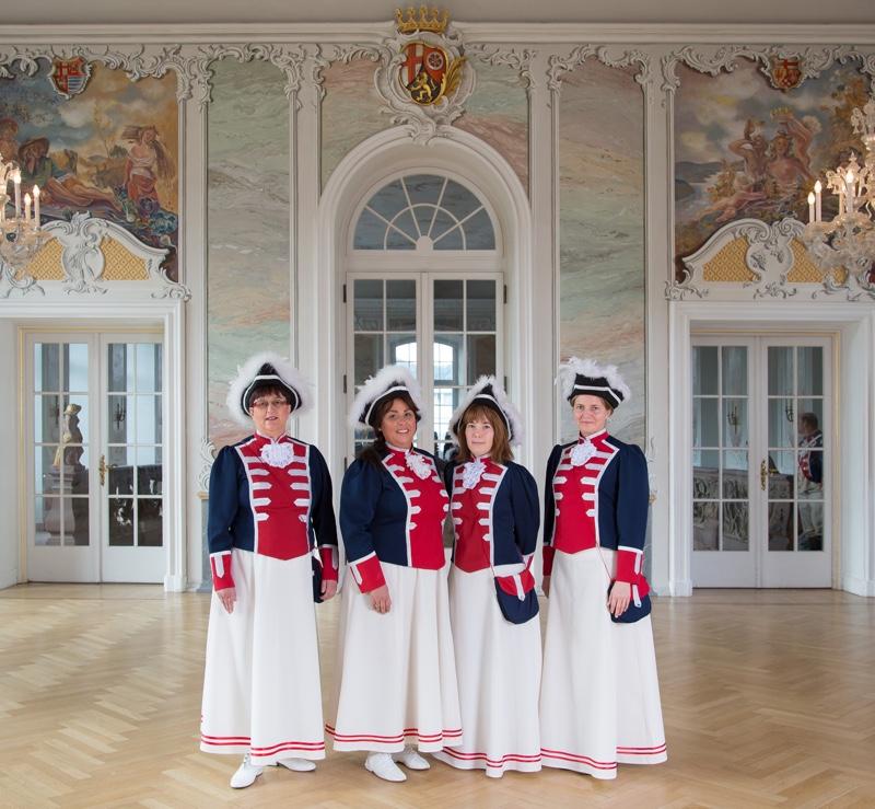 Marketenderinnen in Uniform im Rokokosaal.