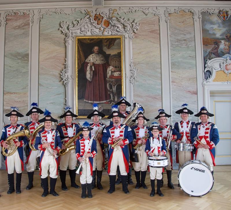 Musikcorps in Uniform im Rokokosaal.