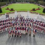 Gesamte Stadtgarde im Palastgarten.