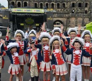 Kinder in Gardeuniform an der Porta Nigra