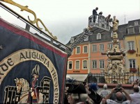 Banner der Stadtgarde und OB Leibe am Hauptmarktbrunnen